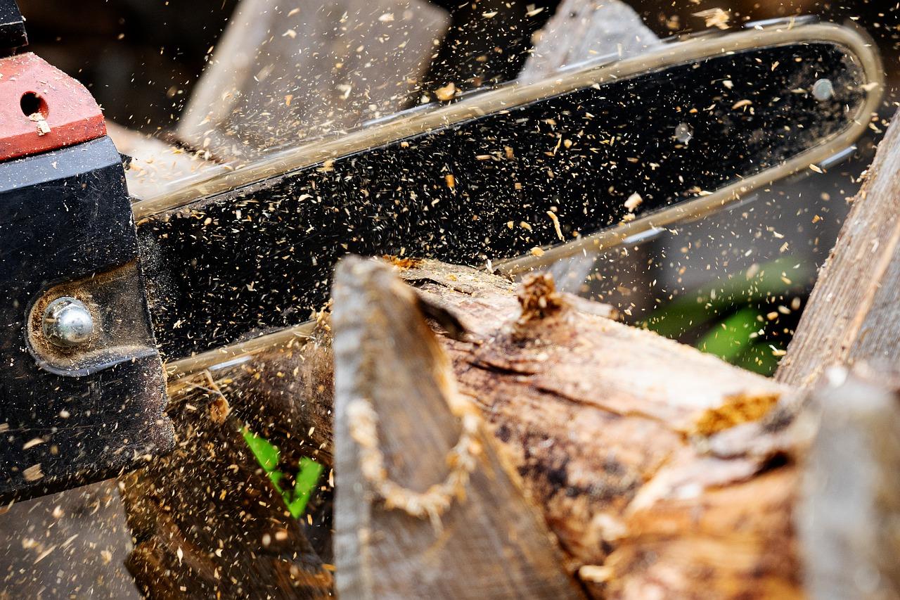 tronçonneuse qui découpe du bois
